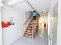 Diferentes escadas interiores em madeira