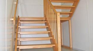 Escada interior com patamar