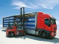 Carregamento de dez contentores Transpack num camião