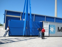Carregamento de contentores Transpack num contentor-marítimio