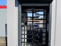 Contentores-escritório comcancelas/torniquetes de controlo de passagem