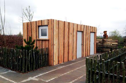 Contentor-sanitário com revestimento de madeira, em Hinnerup, Dinamarca
