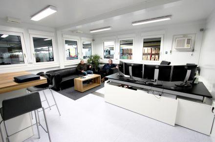 Instalação de escritórios com sala de estar num pavilhão, Dinkel - Alemanha