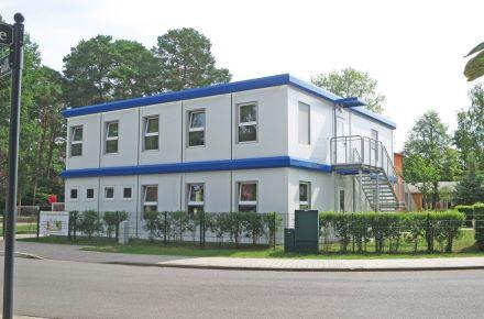 Jardim de infância móvel com estandardes municipais, Saarow am Scharmützelsee, Alemanha