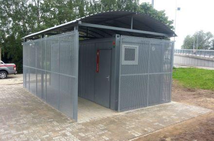 Contentor-sanitário com vestuário e cobertura, em Tartu, Estónia