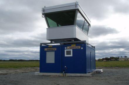 Torre de controlo em aeroporto sobre um conjunto modular duplo, em Kauhajoki, Finlândia