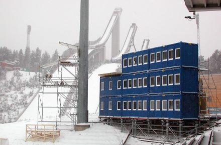 Conjunto modular-escritório de 3 pisos num Campeonato Mundial de Saltos de Esqui, em Lathi, Finlândia