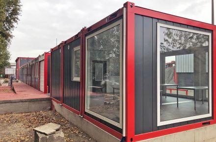 Instalação de contentores com acessibilidade e portão de garagem, em Paris, França
