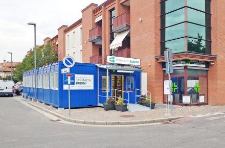 Contentor-escritório que serve de farmácia em aproximadamente 100 m2, em Borgosatello, Itália