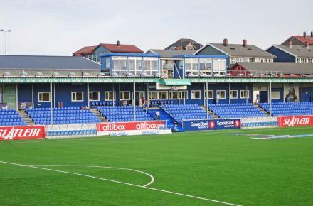 """Alojamento do clube em contentores-escritório, """"estádio de Kristiansund"""", Kristiansund - Noruega"""