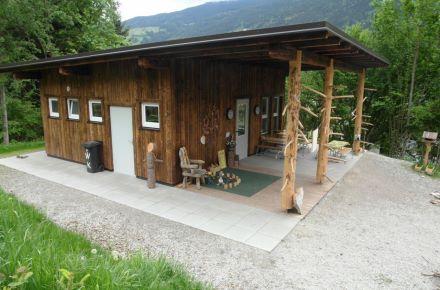 Jardim de infância na floresta com revestimento de madeira, Aschau, Áustria