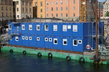 Conjunto modular de 2 pisos sobre uma plataforma flotante, em Estocolomo, Suécia