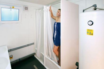 Contentor-sanitário com duche em cerca de 15 m²